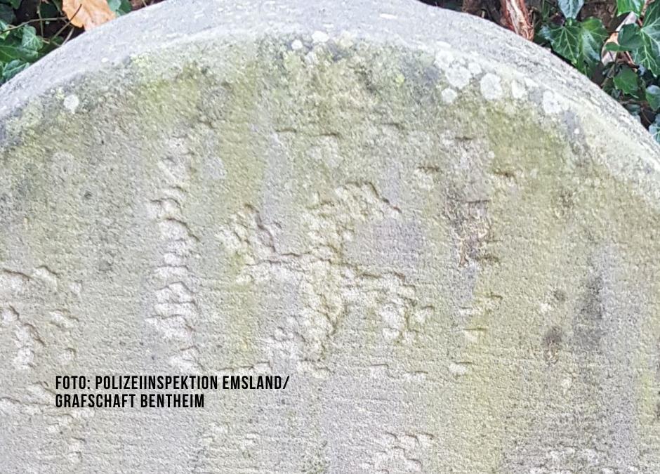Antisemitismus: Hakenkreuze in Grabsteine geritzt